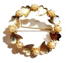 broche bijou vintage couronne de feuille relief perle blanche  couleur or 2429