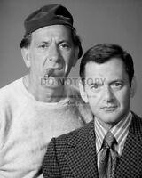 "JACK KLUGMAN & TONY RANDALL IN ""THE ODD COUPLE"" - 8X10 PUBLICITY PHOTO (DA-695)"