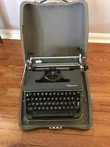 Vintage Olympia DeLuxe Manual Typewriter Green W/ Hard Case West Germany Works