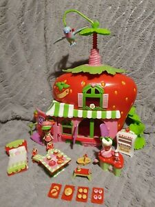 Strawberry Shortcakes Berry Cafe playset & accessories 2009 in original box
