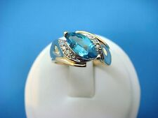 NICE 14K GOLD BLUE TOPAZ AND DIAMONDS OFF SET LADIES RING, 4.5 GRAMS, SIZE 6.
