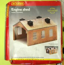 HORNBY R504 BRICK CLIP FIT DOUBLE TRACK ENGINE SHED WITH ROOF VENTS MINT IN BOX.
