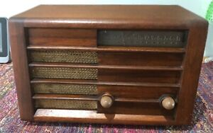 (1) 1946 Detrola model 571 AM wood table radio
