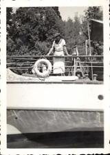 snapshot femme chapeau sur avant bateau bouée de secours marine mer cloche