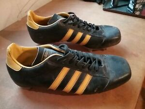 Anciennes chaussures foot ou rugby Adidas Koala jaune vintage taille 8 1/2