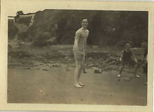 PHOTO ANCIENNE - VINTAGE SNAPSHOT -HOMME PLAGE MAILLOT BAIN DRÔLE ERQUY BRETAGNE