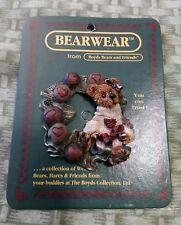 Boyds Bears And Friends Bearwear Pin, Bailey, Chocolate Wreath. 1995.
