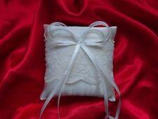 Cuscini portafedi e cestini bianchi per il matrimonio