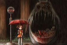 Enmarcado impresión extraño monstruo en una parada de autobús con una escopeta holding chica joven