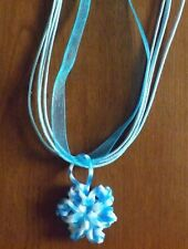 collier organza bleu avec pendentif fleur bleu et blanc