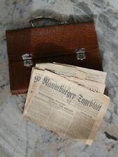 Alte Leder Aktentasche der DDR oder Wehrmacht mit Zeitung