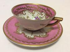 Ensemble tasse et sous-tasse porcelaine dur à décor de rinceaux et fleurs signé