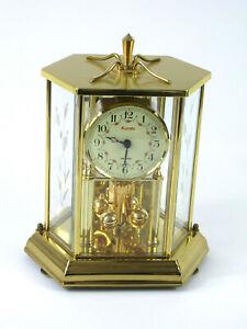 Kundo schwere goldene Drehpendeluhr m 6-eckigem geschliffenem Glassturz H 26 cm
