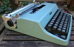 (L)VINTAGE  MADE IN SPAIN OLIVETTI LETTERA 32 PORTABLE - ORIG.CASE - SERVICED