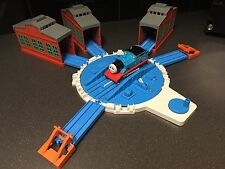 TOMY Trackmaster Battery Operated THOMAS Train & Turntable with SHEDS bundle Set