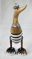 Ente aus Holz 27 cm mit Bikini, Badelatschen und Hut weiss-blau geringelt