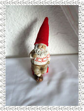 Figurine en Résine Père Noël Lutin sur un Cadeau et son Bonnet Rouge en Polaire