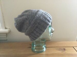 A woman's hand knitted rustic wool beanie hat in light grey tweed, M/L, new.