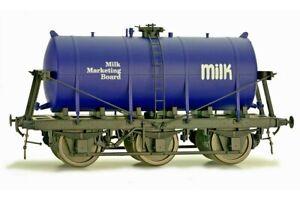 Dapol 7F-031-003, Gauge O, 6 Wheel Milk Tanker 'Milk Marketing Board' dark blue