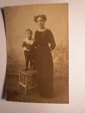 Berlin - 1915 - stehende Frau & kleiner Junge auf einem Hocker / Foto