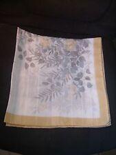 Joli foulard Saint-Hilaire blanc, gris et beige à décor floral 79 cm X 78 cm TBE