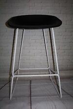 Tabouret de bar pieds tubulaire blanc et coque plastique noire About a stool