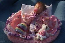 Petit  bébé reborn en couffin rose et mauve