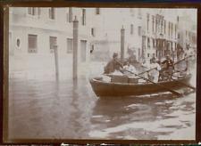 Italie, Venise, Des hommes dans une barque, ca.1900, Vintage citrate print Vinta