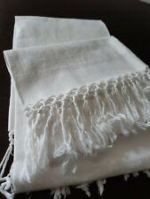 2 Asciugamani bianchi in cotone decorato tono su tono, frange, corredo vintage