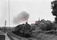 PHOTO  BR LOCO 73142 AT PAINSWICK RD CROSSING ON 12TH AUG 1959