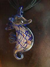 Seepferdchen aus Glas dunkelbalu mit dazu passender Organzahalskette Halskette