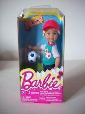 Barbie Chelsea & Friends, muchacho muñeca Darrin con fútbol, pantalones cortos, T & Tapa en caja original