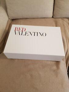 Karton von Red Valentino