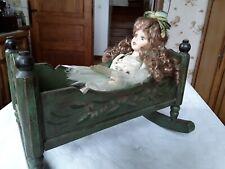 Poupee ancienne porcelaine : berceau de poupée ancien en bois peint