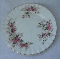 A PRETTY VINTAGE ROYAL ALBERT FINE BONE CHINA LAVENDER ROSE SIDE PLATE - 16 cm