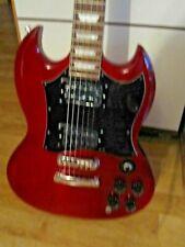 Eine rote Gitarre, die wie ein Gibson SG aussieht