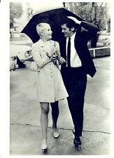 1969 PARIS Sally NESBITT e Alain DELON a passeggio sotto la pioggia - Foto