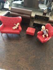 Paquete De JOBLOT Muebles de Casa de Muñecas Rojo 1970s Reloj de piano Sofá Muñecas De Escritorio