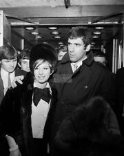 BARBRA STREISAND & ELLIOTT GOULD ARRIVE IN LONDON IN 1966 - 8X10 PHOTO (AA-557)