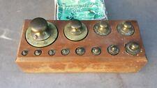 Ancienne boite de 12 poids en laiton pour balance de 1 gr à 500 g, marqués JV