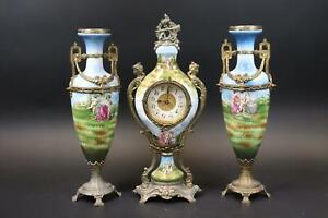 3tlg Tischuhr mit Vasenpaar Keramik Messingmontierung Spritzdekor um 1900(DN642)