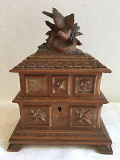 Ancienne boite à bijoux en bois sculpté Forêt noire ornée d'un nid d'oiseau