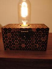 lampada artigianale in legno rivestita di bottoni in cocco