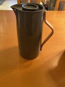 Stelton Emma Kaffee 1,2 l. -grau Isolierkanne, Kunststoff, mit Holzgriff