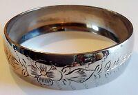 bracelet vintage rigide large gravé fleur en relief couleur argent poli 245