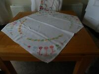VINTAGE TABLECLOTH 32 x 29 in WHITE COTTON LINEN PRETTY DAISY FLOWERS EMBROIDERY