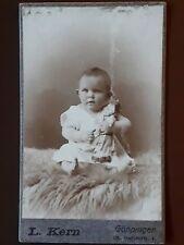 Altes Foto/Fotografie Baby/Kind mit Puppe, L. Kern/Adolf Bässler, Göppingen, cdv