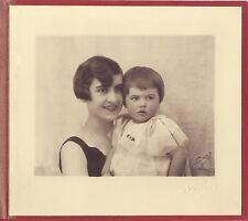 Mère avec son enfant dans l'atelier de Nadar Paris Vintage argentique signature