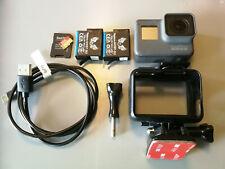 GoPro Hero 5 Black Actioncam + Zubehörpaket: 64GB SD, 2x Akku
