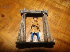 NO KING/COUNTRY figurine JJ DESIGN COLLECTION  CUSTER  en ACTION devant  Portail